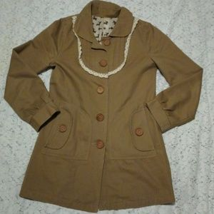 Cotton trench coat, wood buttons & crochet detail